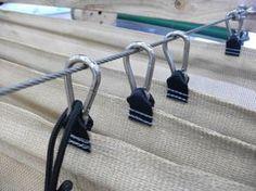 Fissare i pannelli ombreggianti a scomparsa con dei semplici moschettoni, scorrevoli su fune acciaio. Ottima idea #faidate!