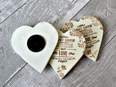Ce rustique unique favorise les aimants pour réfrigérateur imprimés avec « je ne sais pas la question, mais sans aucun doute, lamour est la réponse » citation fera un pays fantastique des faveurs, mariage anniversaire des faveurs ou des faveurs nuptiales de douche de mariage.  Fait à la main de séchage en argile à l'air de haute qualité et peint avec vernis satiné.  DIMENSIONS ***  Chaque coeur mesure environ 6,5 cm/7 cm (2,56 / 2,76 pouces) à ses points les plus larges.  Si vous souhaitez…