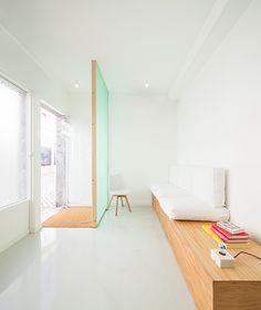 Un bel exemple d'aménagement de l'espace d'attente d'un cabinet de chirurgie dentaire. Le bois et le blanc se marient pour accueillir les patients au sein d'un univers épuré.