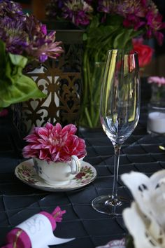 tea cup centerpieces, with large flowers. gorg.