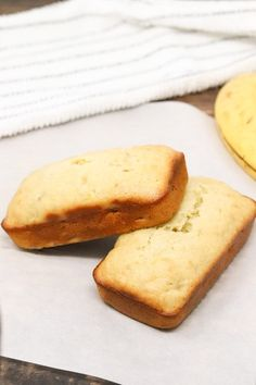 This low-calorie banana bread recipe is only 74 calories per slice. This bread is also a great low-fat alternative to traditional banana breads. | Simply Low Cal @simplylowcal #bananabread #lowcaloriebananabread #lowfatbananabread #moistbananabread #skinnybananabread #snackrecipes #breakfastrecipes #simplylowcal Low Fat Banana Bread, Skinny Banana Bread, Moist Banana Bread, Banana Recipes Low Calorie, No Calorie Foods, Banana Bread Recipes, How To Make Banana Bread Recipe, Snack Recipes, Keto Recipes