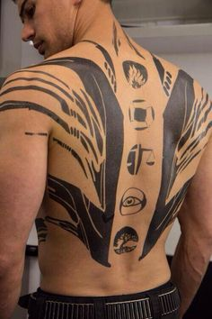 Theo James in Divergent tattoos Divergent Theo James, Divergent Four, Divergent Movie, Divergent Fandom, Divergent Insurgent Allegiant, Divergent Costume, Divergent Factions Symbols, 4 Tattoo, Back Tattoo