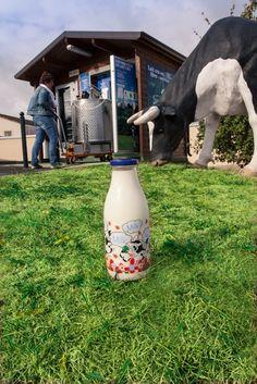Made in 79. Du lait cru, entier, en provenance directe de la ferme dans un distributeur automatique ? Il fallait y penser. Plaisir du lait a ainsi trouvé le moyen d'offrir un lait frais de très haute qualité par un approvisionnement local et innovant pour le bien de tous. Du lait solidaire, qui l'eut cru ?  Plaisir du lait distributeur ZI de la Triche 79300 BRESSUIRE Gaec la voie lactée distributeur Parking de Leclerc 79200 PARTHENAY www.plaisirsdulait.fr
