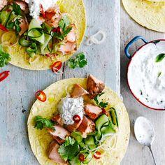 Dit recept lijkt ingewikkeld, maar is eigenlijk supermakkelijk. De gemarineerde zalm smaakt geweldig met de friszure salade en wraps! 1. Wrijf de zalmfilets in met het vijfkruidenpoeder, wat olie en zout en peper. Verhit een koekenpan op...