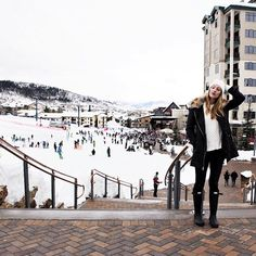 I'm that person who goes to a ski resort and doesn't ski, because I don't 😬, and instead, I just drink beer, listen to the band play music, and pose for pictures 💁🏼🍺 (📷: @nmacmillan88 )
