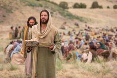 Mateo 14:13–21, Jesús ora y bendice los panes y los peces.