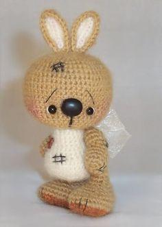 Для любителей няшных и тискательных вязаных игрушек представляем описание зайчика, который всем запомнится своей необычной мордашкой.