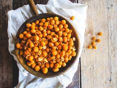 Uunipaahdetut rouskuvat kikherneet (V, GF) – Viimeistä murua myöten Protein Snacks, Sin Gluten, Chana Masala, Deli, Beans, Good Food, Food And Drink, Cooking, Ethnic Recipes