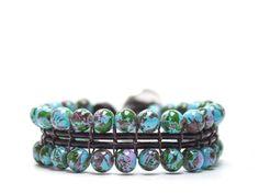 MUNDI: Pulsera de cordón de cuero con bola de cristal azul jaspeada en tonos verdes y cierre regulable en zamak