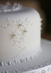 Borderie Anglaise cake close-up Royal Icing Piping, Royal Icing Cakes, Cake Piping, Fondant Cakes, Gorgeous Cakes, Pretty Cakes, Cupcakes Decorados, Decoration Patisserie, Ice Cake