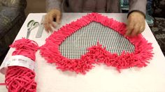 genial! genial!!! yo quiero una alfombraasi! la puedo hacer conb forma de gatooo!!! Hoooked Tutorial Alfombra Corazon