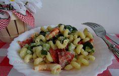Je ne peux pas résister aux crevettes, ni aux courgettes d'ailleurs !!! Ce plat complet est relevé avec le chorizo, à vous de le choisir fort ou non et le chèvre lui donne du crémeux :-) La durée de cuisson des courgettes est à adapter selon les goûts,... Cannelloni, Calories, Chorizo, Fruit Salad, Pasta Salad, Macaroni And Cheese, Ethnic Recipes, Food, Crab Pasta Salad