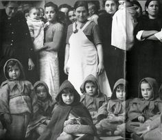 Hijas de presas republicanas de una cárcel fascista de mujeres reciben regalos durante la fiesta de los Reyes Magos. 1940.