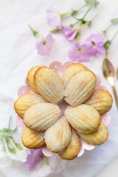 Kókuszos-mandulás madeleine recept - Kifőztük, online gasztromagazin Cookie Recipes, Snack Recipes, Cookie Cups, Aesthetic Food, Sweet Life, Tea Time, Bakery, Food And Drink, Chips