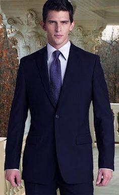 Traje para oficina azul con corbata morada
