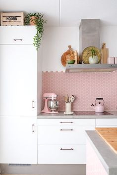 Achieve These Romantic Kitchen Looks for a Perfect Day - Valentine is around the corner. Newly-weds and retired couples are bound to look at these romantic kitchen ideas. Pink Home Decor, Pastel Kitchen Decor, Kitchen Remodel, Interior Design Kitchen, Pink Kitchen, Home Decor, House Interior, Apartment Kitchen, Romantic Kitchen