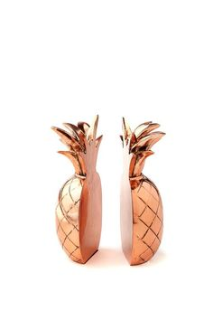 Go pineapple crazy with this pair of metallic rose gold split bookends! <br> Keep all your favourite reads in the one spot. Each set is hand made from poly resin and measures 18cm H. <br/>: