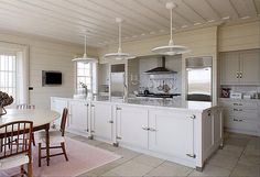 Bazeley House, a huge location in Hampshire. This family house in the countryside is very tastefully decorated with beautiful outdoor pool! Style At Home, Hamptons Kitchen, Cocinas Kitchen, Moving Furniture, Modern Country, Country Style, Kitchen Styling, Country Kitchen, Kitchen Dining