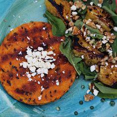 Santa Burguesa de calabaza y pimentón con queso feta, acompañada de una ensalada de rúcula, naranja asada, nueces, aceto y miel. Queso, Vegetable Pizza, Feta, Vegetables, Pumpkins, Make Envelopes, Honey, Orange, Vegetable Recipes