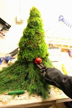 Risultati immagini per nisse av granbar Christmas Candles, Outdoor Christmas, Red Christmas, Christmas Wreaths, Christmas Crafts, Christmas Ornaments, Candle Centerpieces, Xmas Decorations, Christmas Inspiration