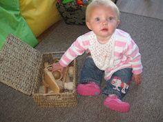Cesta del tesoro con objetos de madera. Baby Play : Discovery Baskets.