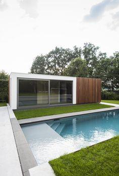 Modern poolhouse in crépi met hout | Bogarden