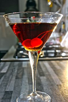 Manhattan cocktail, rye whiskey, vermut rosso, angostura e ciliegina maraschino Cocktails, Cocktail Drinks, Cocktail Recipes, Alcoholic Drinks, Drink Recipes, Manhattan Cocktail, Rye Whiskey, Blended Drinks, New Tricks