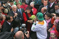 Hare Majesteit Koningin Beatrix brengt op 27 september 2005 ter gelegenheid van haar 25-jarig regeringsjubilieum, een bezoek aan de provincie Flevoland. Ontmoeting met rapper Ali B. op het voorplein van Nieuw Land. Bron: Fotocollectie Nieuw Land. Fotostudio Wierd.