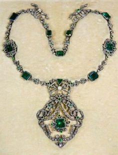 Emerald and diamond necklace by Ekaterina Kostrigina, Russia Emerald Necklace, Gemstone Necklace, Turquoise Necklace, Beaded Necklace, Necklaces, Art Nouveau Jewelry, Jewelry Art, Fine Jewelry, Ancient Jewelry