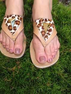 Sandália estampa de onça. Delicada para fim de semana.