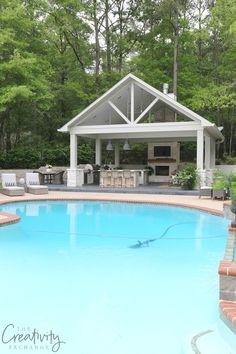 Ein Pool Mit Wasser Und Ein Weißes Haus Mit Einer Küche Mit Einem  Waschbecken Und Zwei