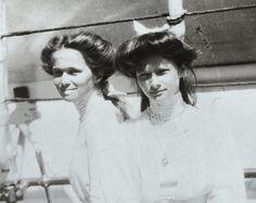 Olga and Tatiana Nikolaevna in I love their hairstyles! Tatiana Romanov, Grand Duchess Olga, House Of Romanov, Alexandra Feodorovna, Tsar Nicholas Ii, Imperial Russia, Russian Fashion, Vintage Photographs, Anastasia