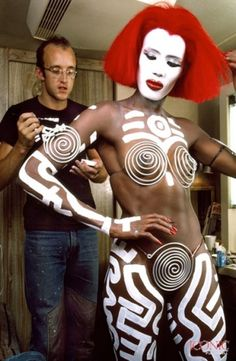 ONLY RECENSIONI TO PLAY WITH: Grace Jones, Keith Haring e il vampirismo anni Ottanta: Vamp di Richard Wenk (1986)