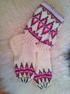 Janitan kätösistä: Lapinsukat Mallin nimi on Pohjantähti sukat ja löytyy Suuri käsityölehti tammikuu 2004
