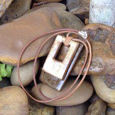 Colar em cerâmica, curto, fio de couro natural 2 mm e acabamento em prata de lei 925.
