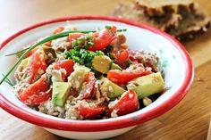 Tomaten-Avocado Salat mit Hüttenkäse und Thunfisch | Fashion Kitchen