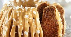 Mehevän piimäkakun jouluisen version maustavat piparkakuista tutut mausteet. Kaunis kinuskikastike-tuorejuustokuorrutus aateloi kakun juhlapöytään sopivaksi! Xmas, Christmas, No Bake Cake, Goodies, Food And Drink, Pie, Bread, Baking, Desserts