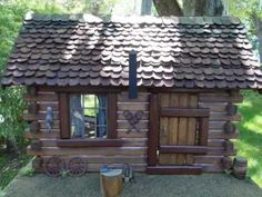 Pioneer Log Cabin Dollhouse VIDEO TUTORIAL --- GREAT SITE ... full of videos on how to build doll/fairy houses of all sorts. http://creatingdollhouseminiatures.blogspot.com/2010/11/building-fairy-houses.html