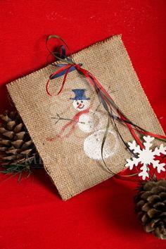 Χριστουγεννιάτικο προσκλητήριο με φάκελο λινάτσας και ζωγραφισμένο στο χέρι χιονάνθρωπο #christmasinvitations #christmasbaptism