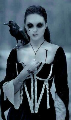 Check Out 20 Vampire Halloween Makeup To Inspire You. Vampire makeup can be a fun and easy costume to make and requires materials. Dark Beauty, Gothic Beauty, Maquillage Halloween, Halloween Disfraces, Costume Makeup, Halloween Make Up, Scary Halloween, Costume Halloween, Raven Costume