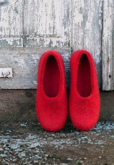 How to make felt slippers - From Britain with Love love these bright scarlet red wool felt slippers. Click through to find out how to make a pair of wool felted slippers with other beautiful ideas to try that you'll love to make - and wear! Felted Slippers Pattern, Knitted Slippers, Wet Felting, Needle Felting, Purl Bee, Felt Boots, Felted Wool Crafts, Felting Tutorials, Felt Diy