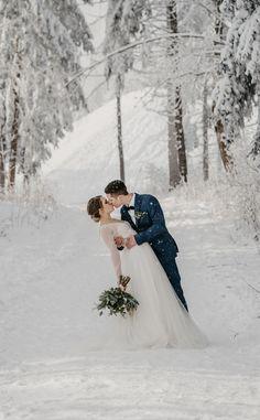 Inspiration für eine Winterhochzeit in Österreich Wedding Dresses, Fashion, Bridal Gowns, Boyfriends, Bride Dresses, Moda, Fashion Styles, Weeding Dresses, Wedding Dressses