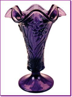 Beautiful Fenton Glass daffodil vase