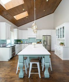 There's not much I love more than a white kitchen with a turquoise backsplash; throw a turquoise island into the mix and I'm goner! This spacious Kansas City kitchen by Profile Cabinet and Design (pho
