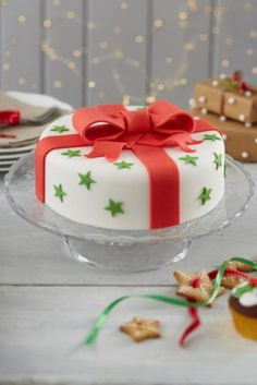 How to Make a Traditional Bow Christmas Cake christmas cupcakes Fondant Christmas Cake, Christmas Cupcakes, Christmas Desserts, Christmas Baking, Christmas Cake Designs, Christmas Cake Decorations, Holiday Cakes, Xmas Cakes, Cake Icing
