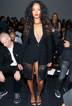 Rihanna chama a atenção com decote e figurino inusitado em desfile http://angorussia.com/?p=22224