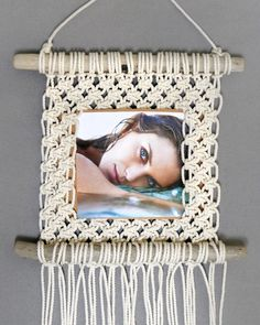 Make Easy Macrame Photo Frame Macrame Mirror, Macrame Art, Macrame Projects, Micro Macrame, Macrame Wall Hanging Patterns, Macrame Patterns, Photo Frame Decoration, Photo Frames Diy, Macrame Jewelry Tutorial