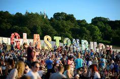 英南西部サマセット(Somerset)州ピルトン(Pilton)で開幕した世界最大級の野外音楽祭典「グラストンベリー・フェスティバル(Glastonbury Festival)」の会場で、夕日を眺める参加者たち(2014年6月25日撮影)。(c)AFP/LEON NEAL ▼27Jun2014AFP|世界最大の英野外音楽祭「グラストンベリー」が開幕 http://www.afpbb.com/articles/-/3018900 #Glastonbury_Festival