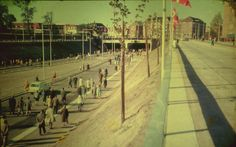 I løbet af 1960′erne voksede biltrafikken i og omkring hovedstaden markant. Dette årti blev uafviseligt bilens årti. Mere og mere påtrængende blev det, at i et antal af mange tusinde skulle dette fremtidens befordrings-middel hver morgen og eftermiddag have fri og let adgang til at køre til og fra København. #Vejtunnel