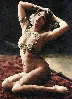 1910. She' proud of her real and normal body. I love it Mata Hari in 1910 in Parijs